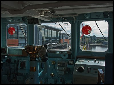_small_082 Edinburgh-Royal Yacht Britannia-Brücke.JPG