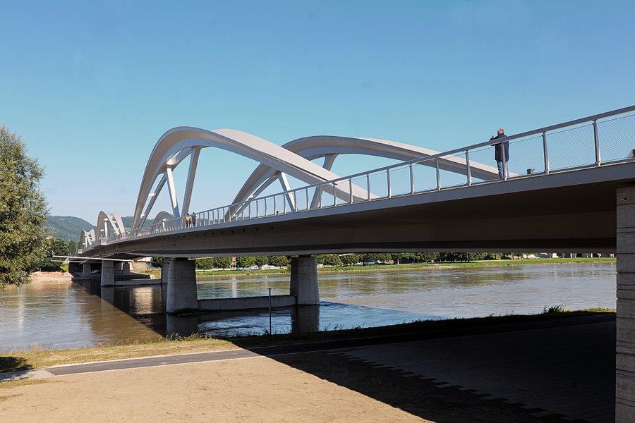 EisenbahnbrückeNEUGANZmitFOTOGRAFENSL2P1635FINFINFIN_998x666.jpg